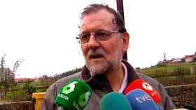 Mariano Rajoy atiende a los medios esta semana en Galicia.