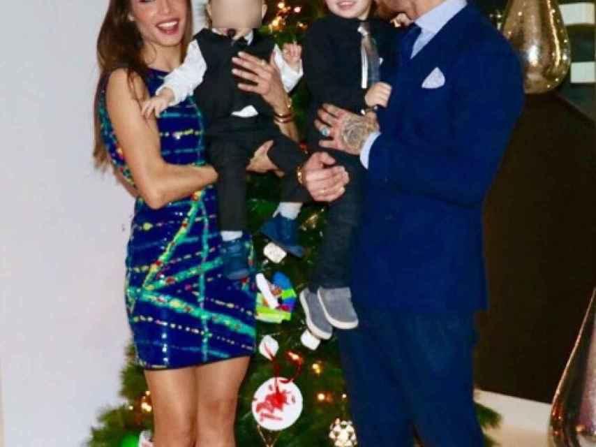 Pilar Rubio junto a sus hijos en una foto navideña.