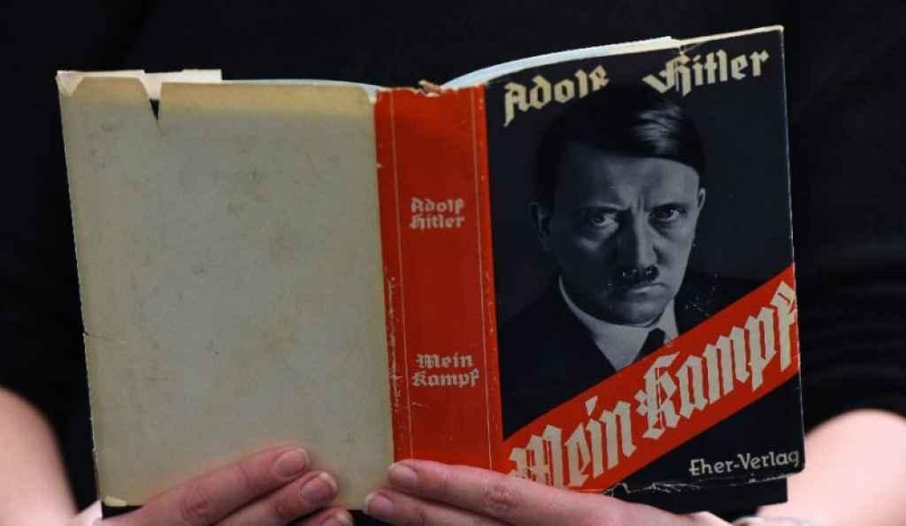 Un lector con un ejemplar del Mein Kampf.