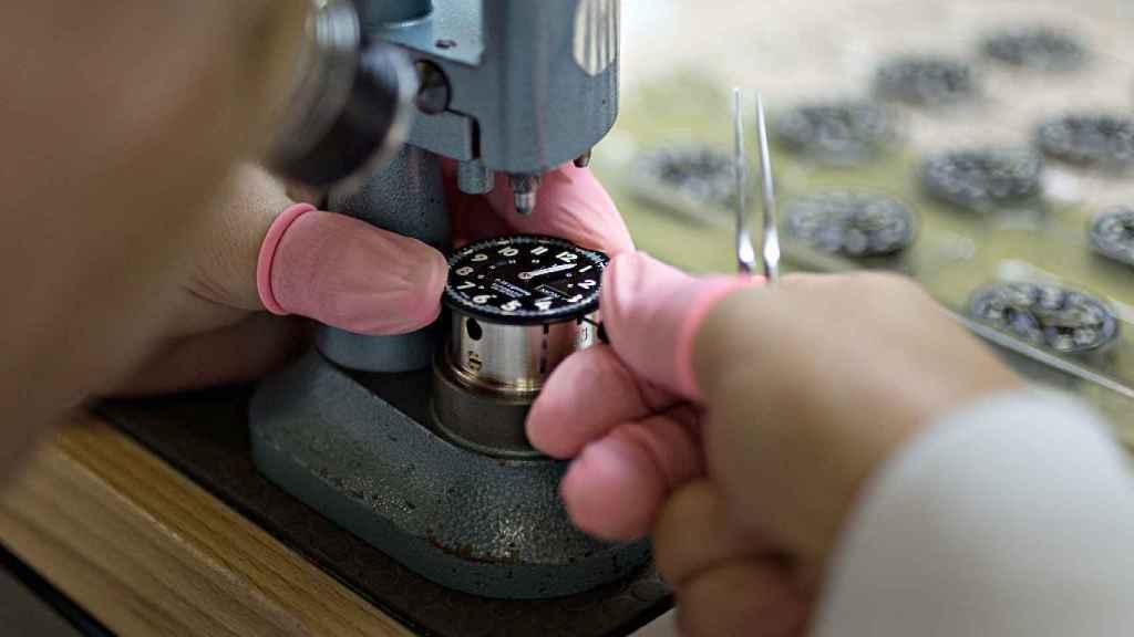 Fabricación de un reloj P-38 de Mondaine en Soleura, Suiza.