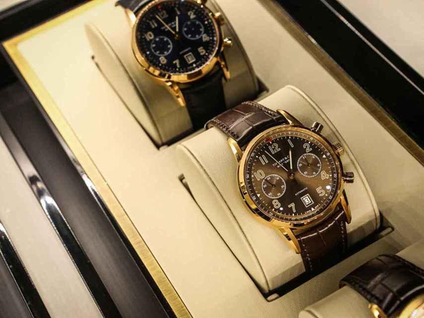 Relojes suizos expuestos en la joyería Tiffany & Co.