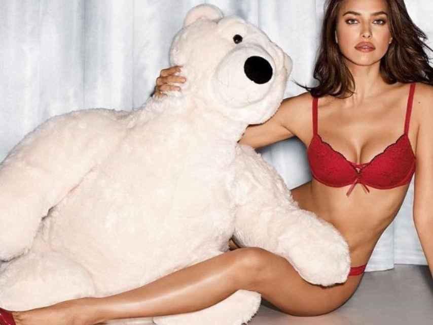 Irina muy navideña para el catálogo de Intimissimi.