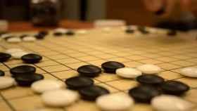 En un tablero y con fichas blancas y negras: así se juega al Go
