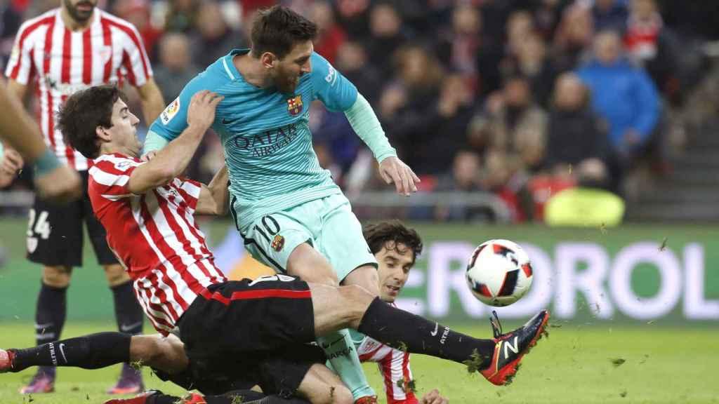 Messi choca con dos jugadores del Athletic en el partido de Copa.