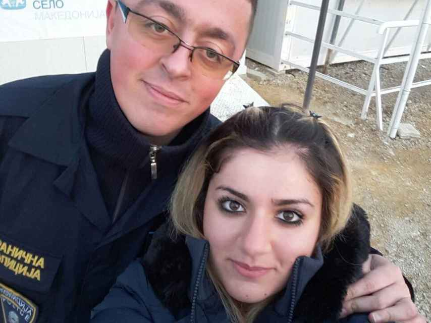 Noora y Bobi se hacen un selfi en la frontera de Macedonia con Serbia, cuando se conocieron.
