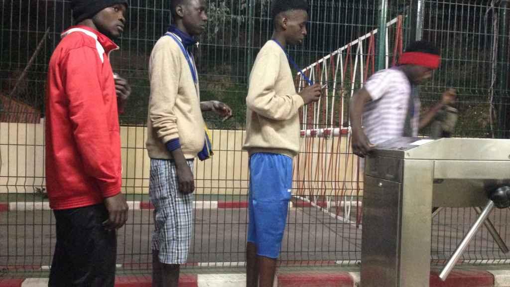 Algunos chicos en el punto de acceso al CETI.