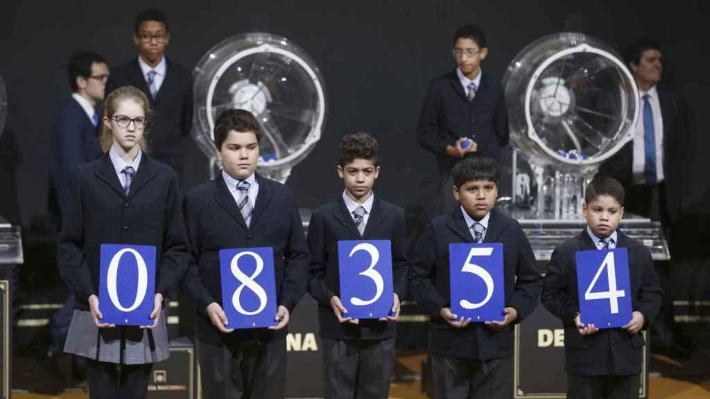 El primer premio de la lotería de El Niño ha recaído en el número 08.354.