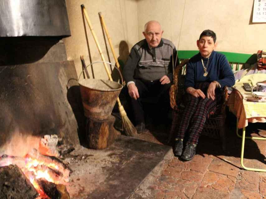 Felipe y Carmen llevan casi tres décadas sin acceso a agua en casa.