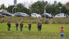 Policías identifican a varias personas evacuadas del aeropuerto de Ford Lauderdale.