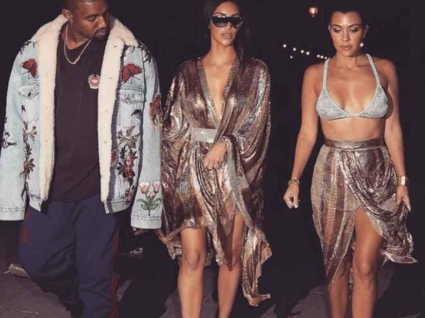Kanye West, Kim y Kourtney Kardashian por las calles de París la noche anterior al robo.