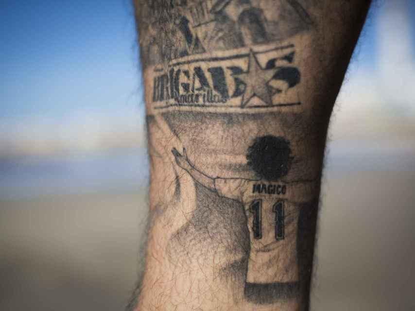 Tatuaje que un miembro de la peña cadista Brigadas Amarillas lleva en el gemelo de su pierna derecha.
