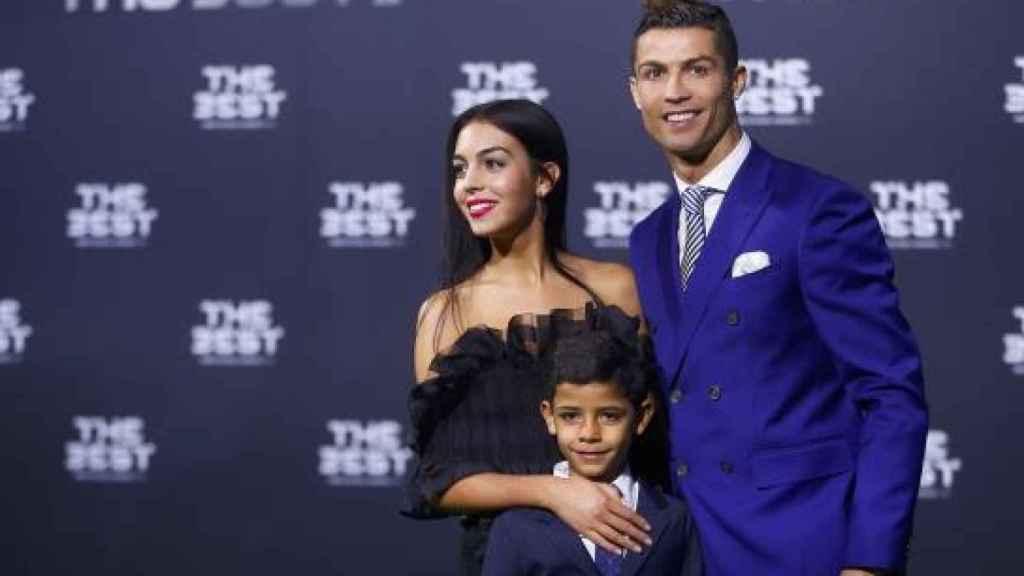 Cristiano Ronaldo con su hijo y su novia Georgina Rodríguez.