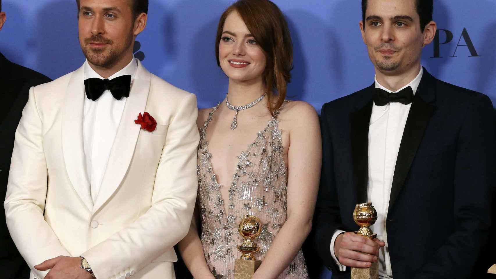 Ryan Gosling y Emma Stone, protagonistas de 'La La Land', y su director,  Damian Chazelle,  con el premio al mejor actor, mejor actriz y mejor director de Comedia o Musical.