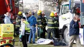 Las autoridades atienden a las víctimas del camión.