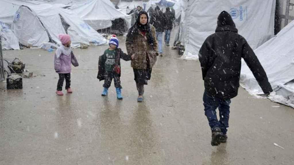 Varios refugiados en el campo de Moria (Grecia) en plena ola de frío.