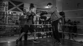 Aurelio Torres, impulsor de la campaña contra el bullying, enseña a boxear a uniño de 8 años.