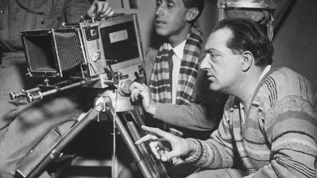 Fritz Lang, otro de los directores exiliados en Hollywood, en pleno rodaje.