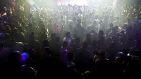 Un grupo de jóvenes se divierte en una fiesta en una discoteca.