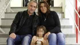 Nadia junto a sus padres.