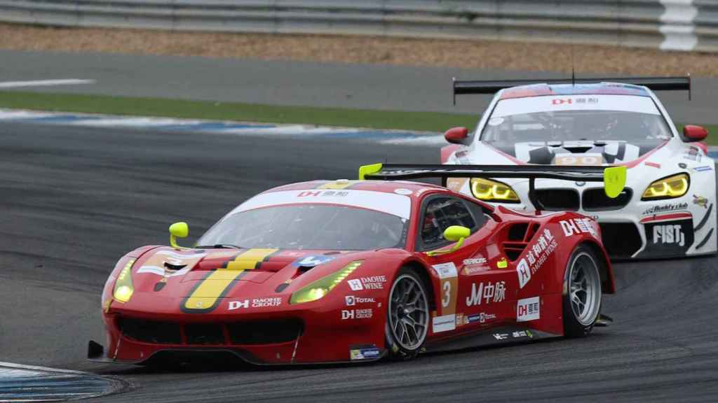 Alex Riberas celebra su primer triunfo como piloto Ferrari