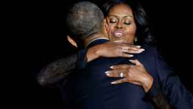 Barack Obama abraza a su mujer durante el discurso de despedida.