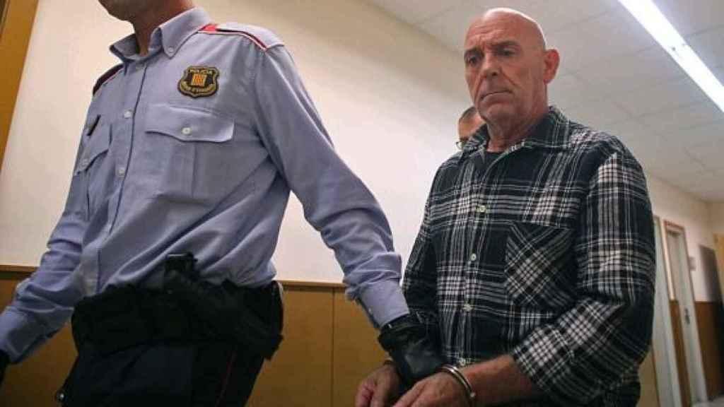 El acusado Ramón Laso conducido a la sala donde iba a ser juzgado.