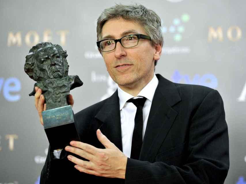 David Trueba con el Goya por la película Vivir es fácil con los ojos cerrados.