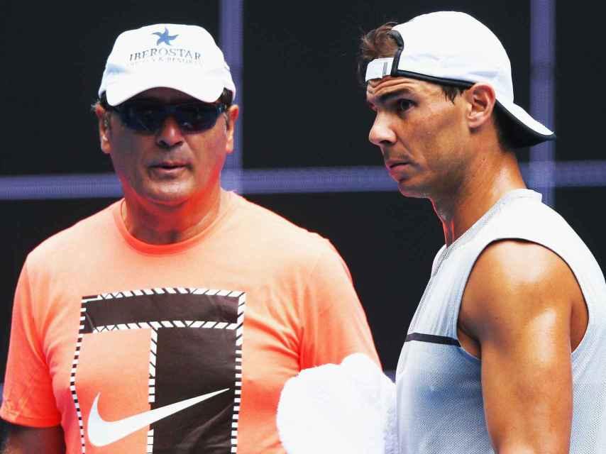 Toni Nadal conversa con su pupilo durante un entrenamiento en Melbourne.