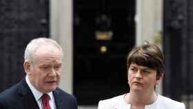 Martin McGuinness (Sinn Fein), viceministro principal de Irlanda del Norte junto a la ministra principal, Arlene Foster.