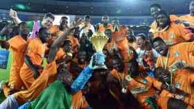 Los jugadores de Costa de Marfíl celebran su victoria en la Copa África 2015.