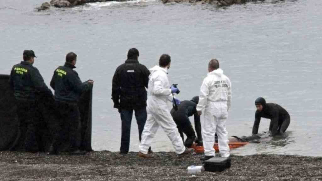 La Guardia Civil recupera un cuerpo en la playa del Tarajal.