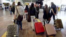 Un grupo de jóvenes en el aeropuerto barcelonés El Prat.
