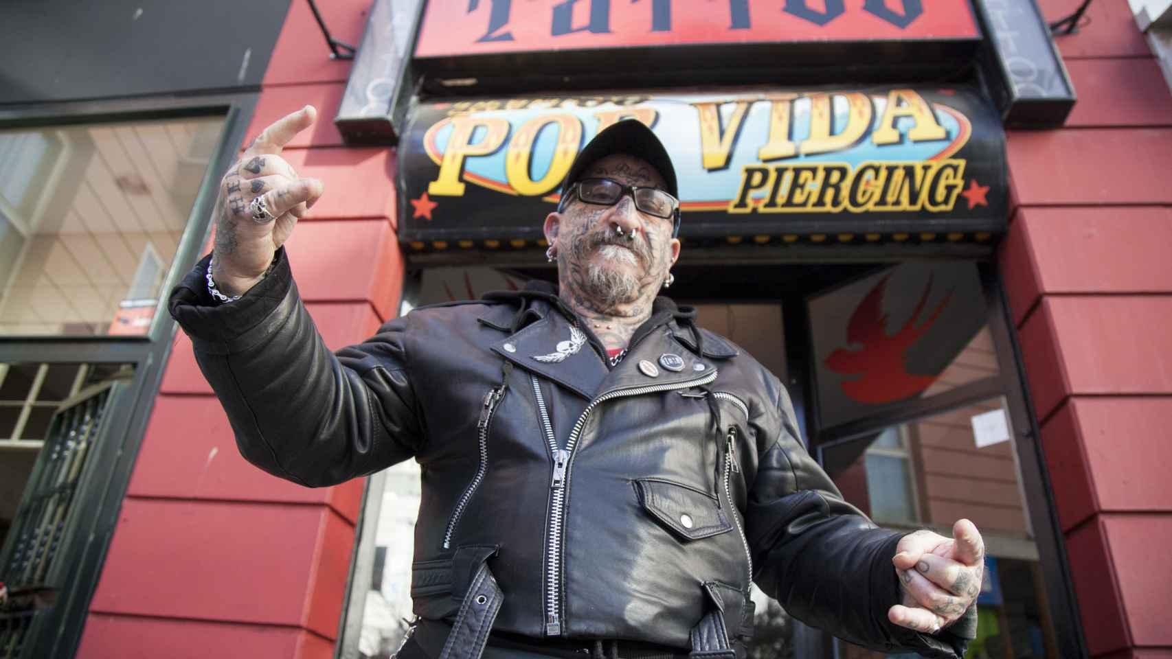 Ángel Rodríguez, en el centro de tatuajes Por Vida de Madrid.