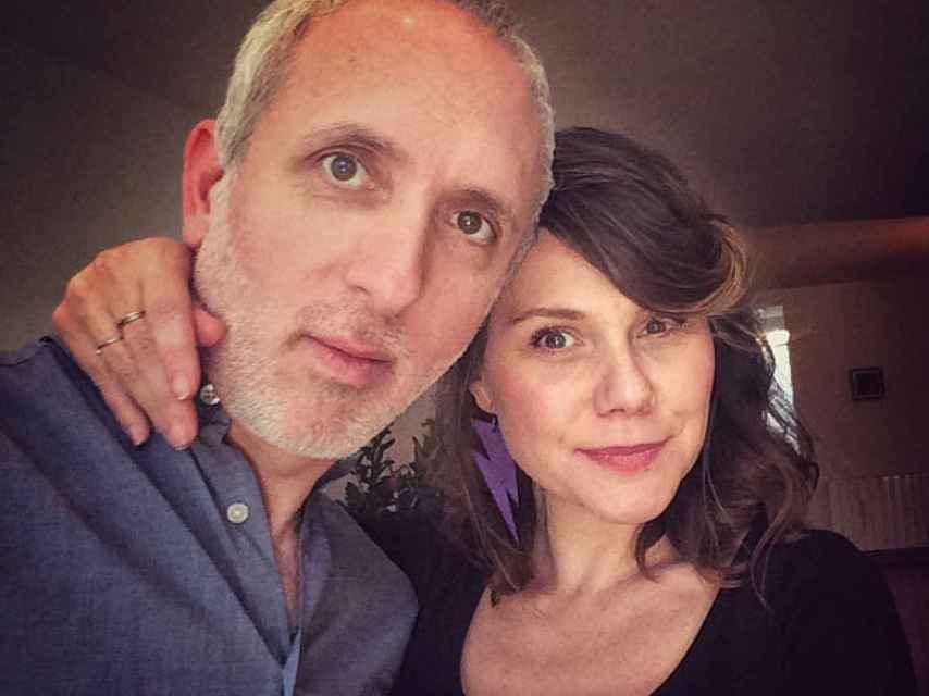 Los autores del manual son Erika Lusta, directora sueca de cine erótico, y su marido Pablo Dobner.