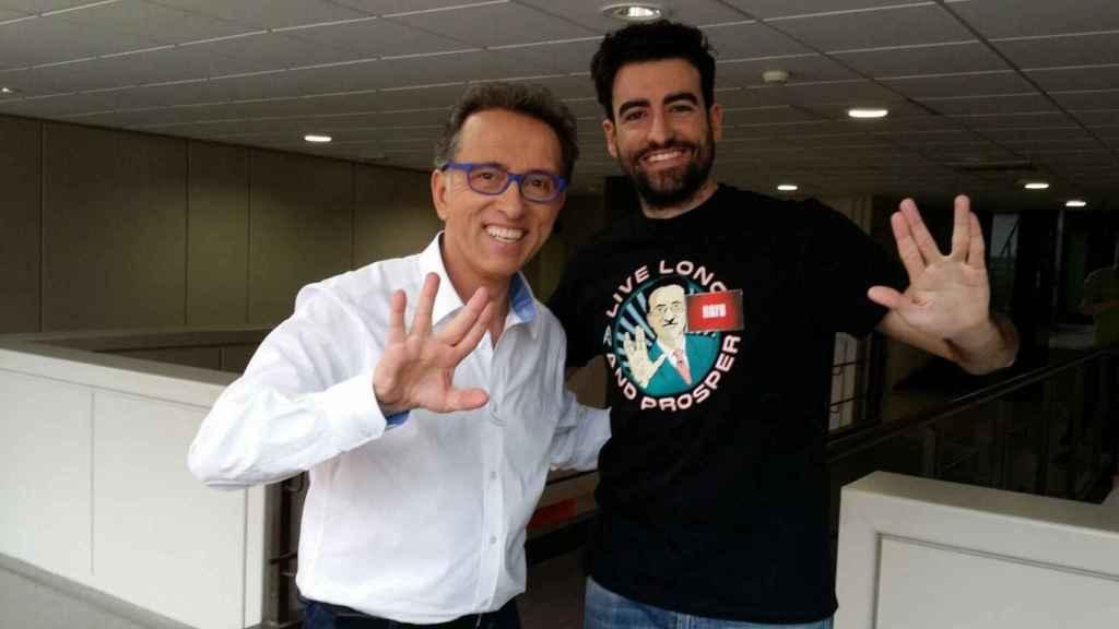 Rafa Castaño, uno de los magníficos del programa, posa con Hurtado y la camiseta que celebra su 'longevidad'