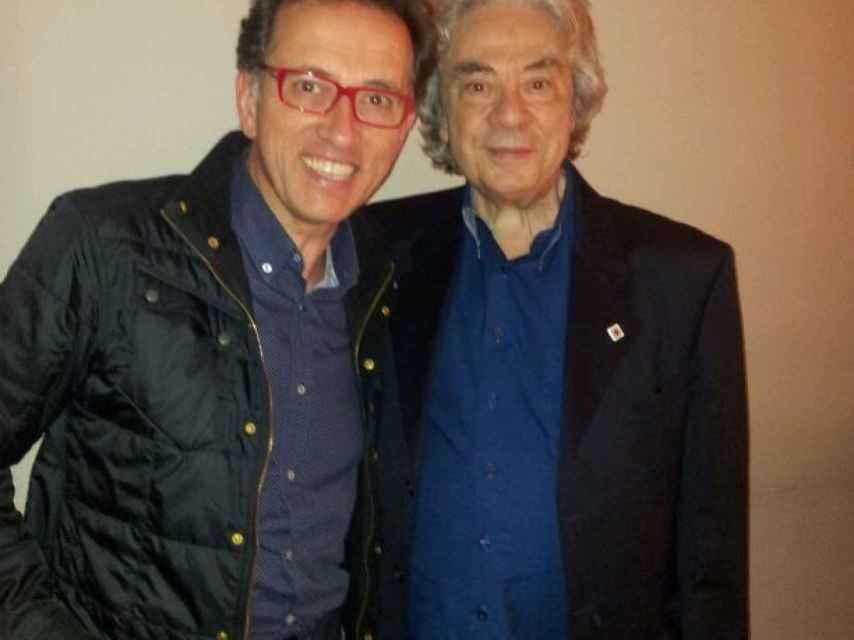 Jordi Hurtado posa con Sergi Schaaff, el productor y creador de Saber y Ganar.