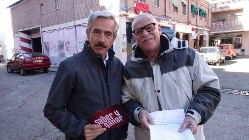 Juanjo Cardenal posa con Imanol Arias en la grabación de un programa especial de Saber y Ganar