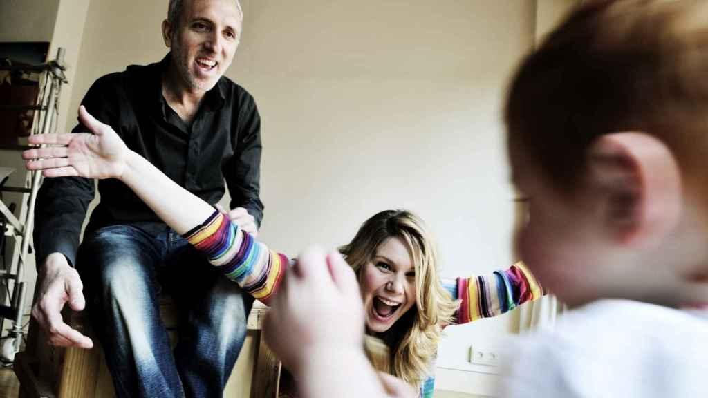 La directora de cine erótico Erika Lust y su marido Pablo Dobner, junto a su hija pequeña