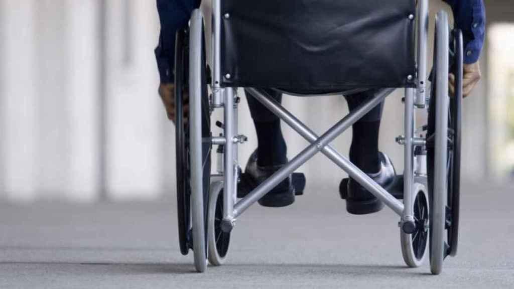 Un hombre en silla de ruedas.