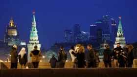 Moscovitas observando el centro financiero de la capital y las torres del Kremlin.
