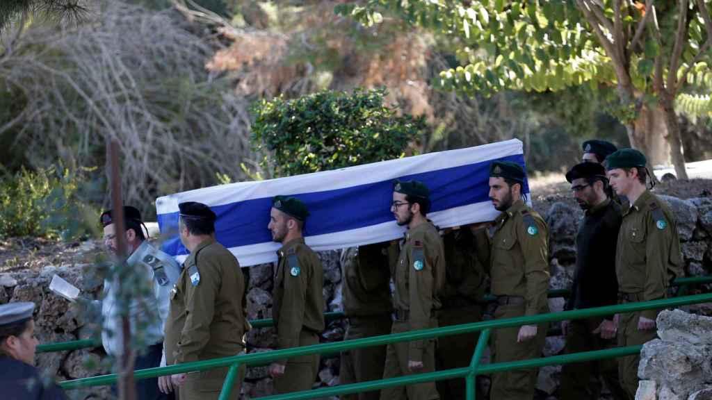 Soldados israelíes portan el ferétro de un compañero muerto en un atentado.