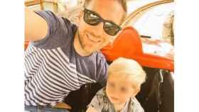 Nick Rose, junto a su hijo Logan.