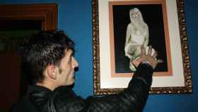 Alin, el novio de La Veneno, frente una fotografía de la artista fallecida.