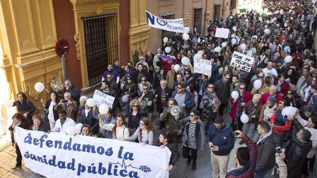 La marea blanca inunda las calles de cuatro ciudades andaluzas contra los recortes en sanidad