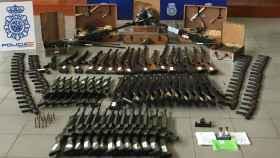 Fusiles de asalto y ametralladoras antiaéreas, entre el arsenal incautado por la Policía.