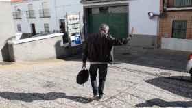 Juan Antonio recibe el aplauso de sus alumnos mientras va camino de la salida del colegio.
