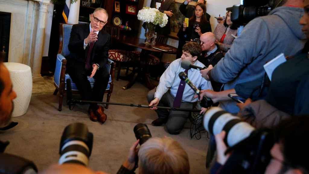 Scott Pruitt atiende a los periodistas en Capitol Hill.