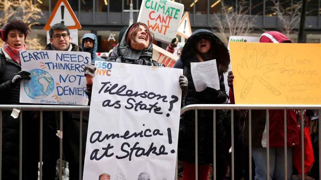 Ciudadanos protestan la nominación de Tillerson.
