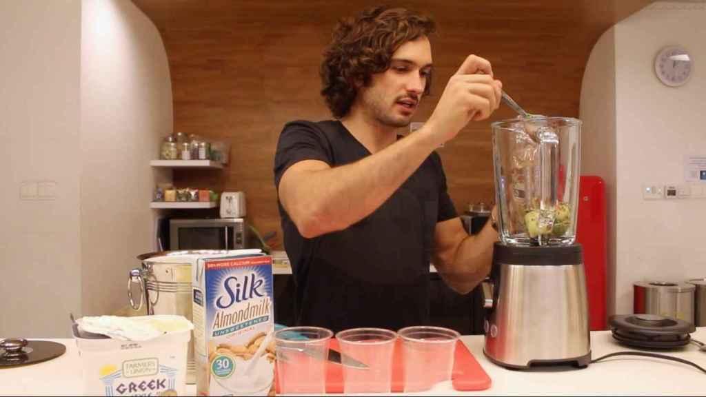 Joe Wicks en uno de sus tutoriales explicando la receta de un batido saludable.