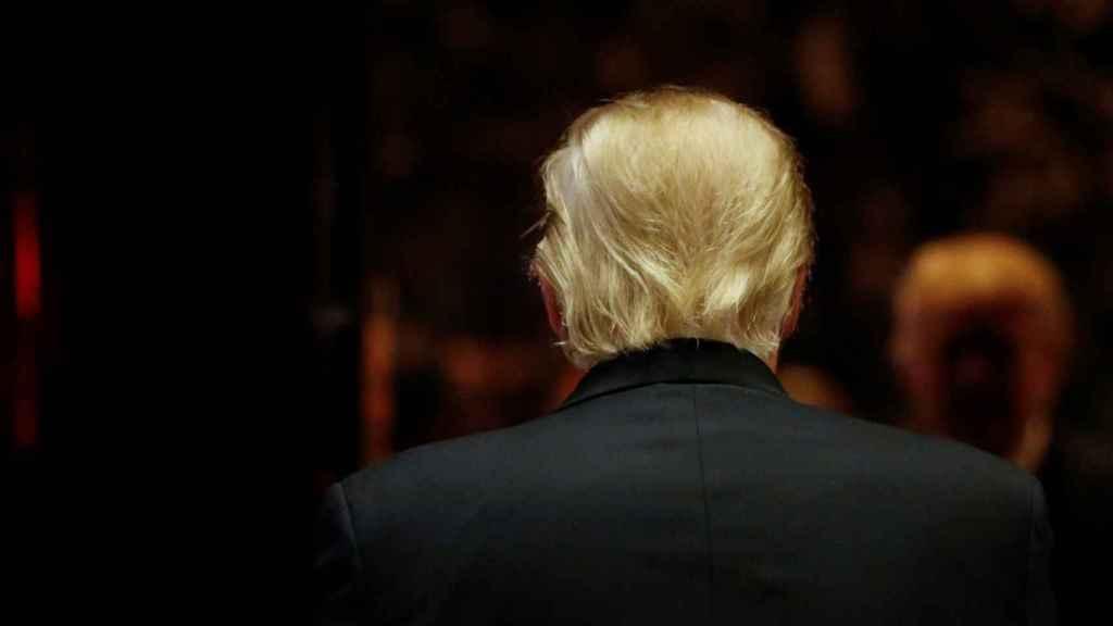 Trump entrando en su torre epónima.